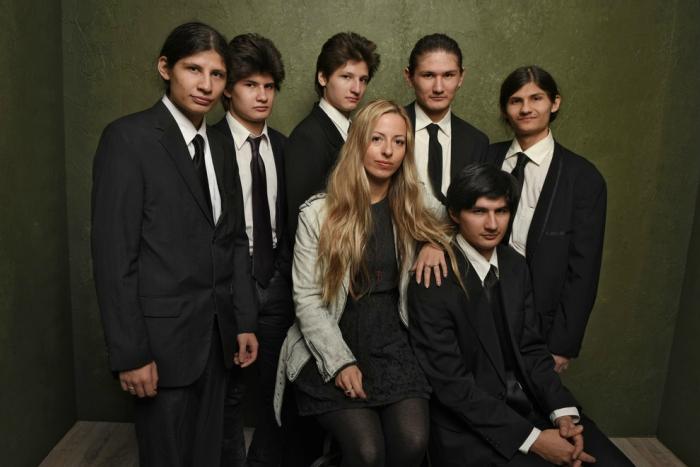 Crystal Moselle con los seis hermanos Angulo